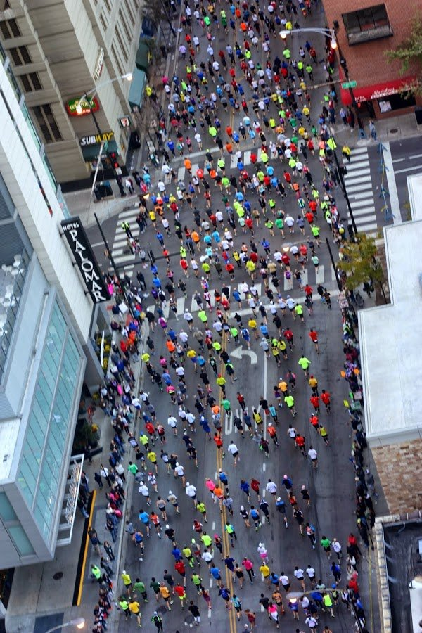 Chicago Marathon runners, view from above | www.honestlymodern.com