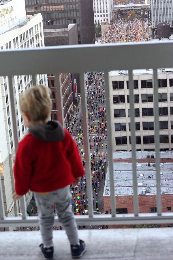 Waching the Chicago Marathon with the kids | www.honestlymodern.com