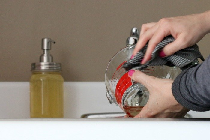 washing glass measuring cup with scotch brite dish cloth