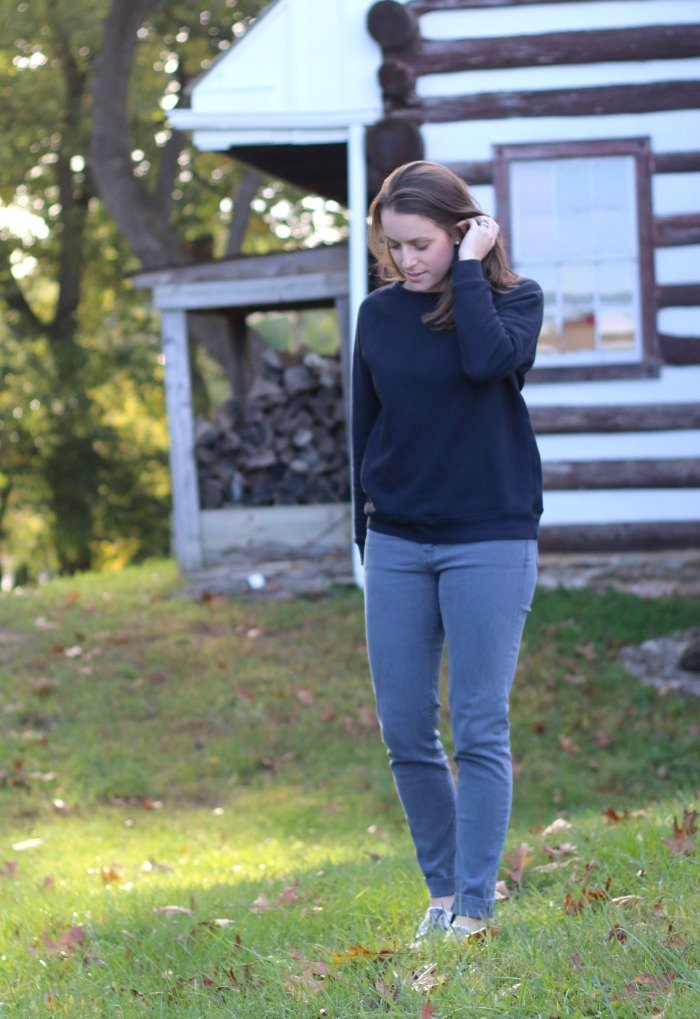 everlane-sweatshirt-and-industry-standard-gray-jeans-in-front-of-striped-house